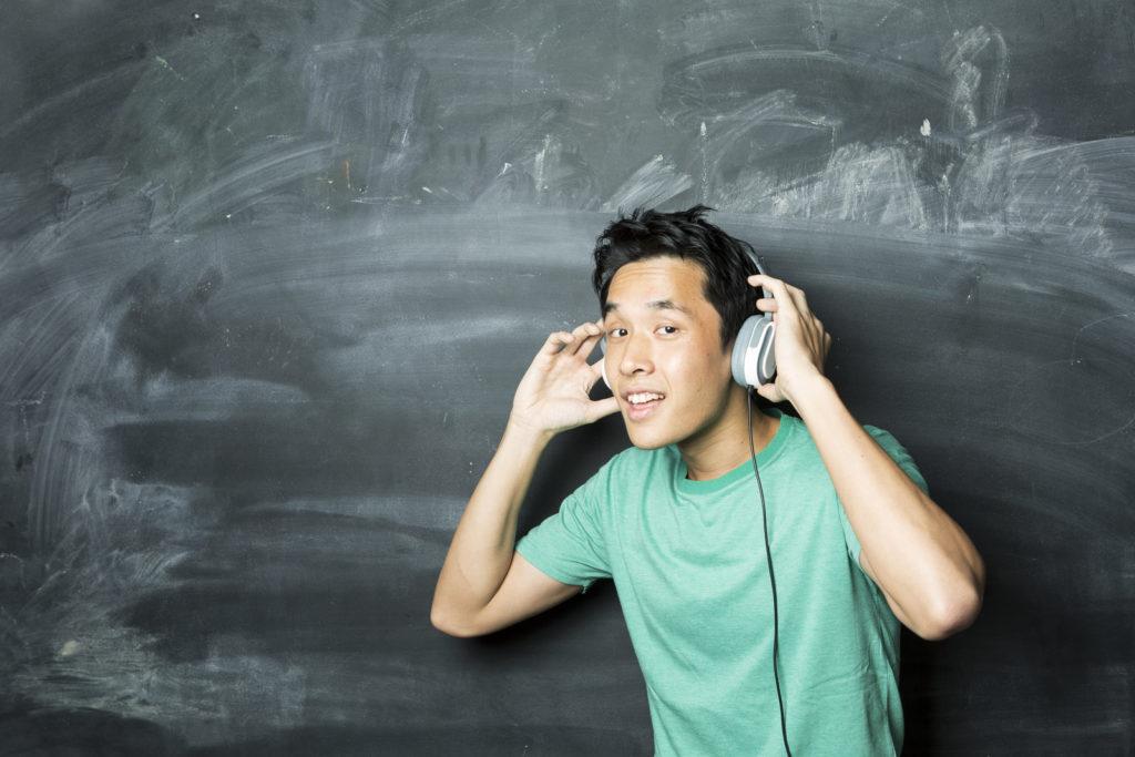 Puisis klausās mūziku austiņās