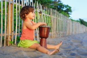 Bērns spēlē džambu